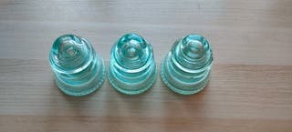 Aislantes eléctricos de vidrio.