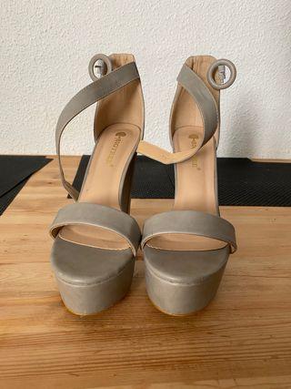 Bellas sandalias con plataforma grises
