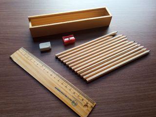 Lápices de colores, regla, goma y sacapuntas