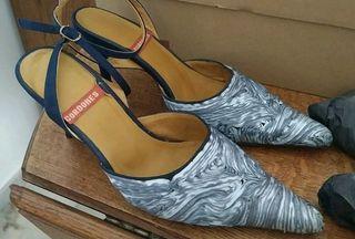Zapatos de tacón azul.