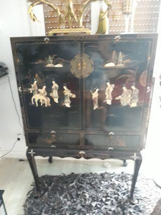 Un armario estilo oriental decorado con piezas de