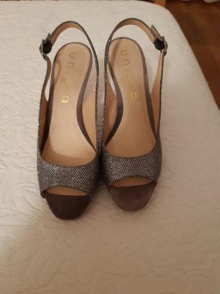 Zapatos de fiesta marca Unisa. Talla 39.