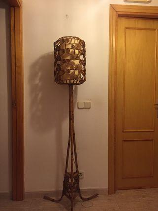 Lámpara de pie de bambú y mimbre