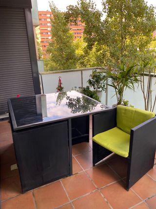 Mesa 1,10/1,10 de exterior negra con 4 sillas
