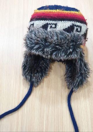Gorro de invierno con orejeras. 85% lana