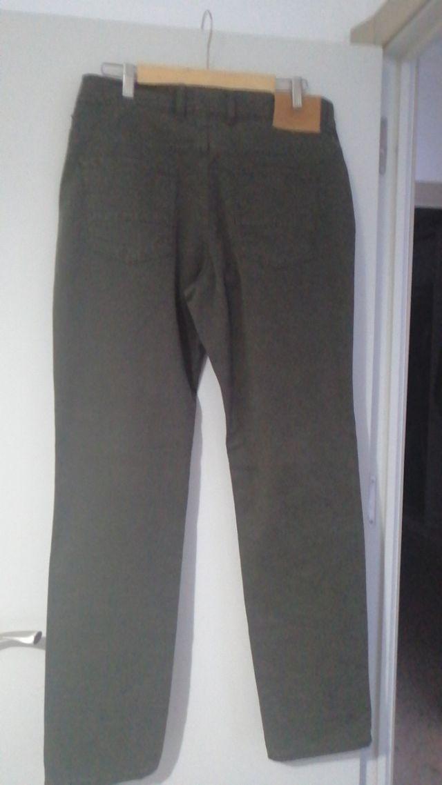 Pantalón chino de color verde