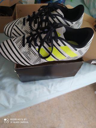 bota de fútbol con tacos adidas