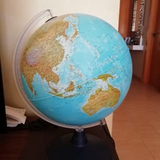 Bola del mundo con luz en perfecto estado