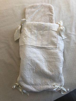 Elegante saco de capazo con capota a juego