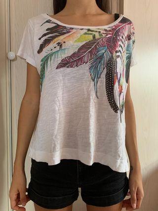 Camiseta con dibujo de plumas