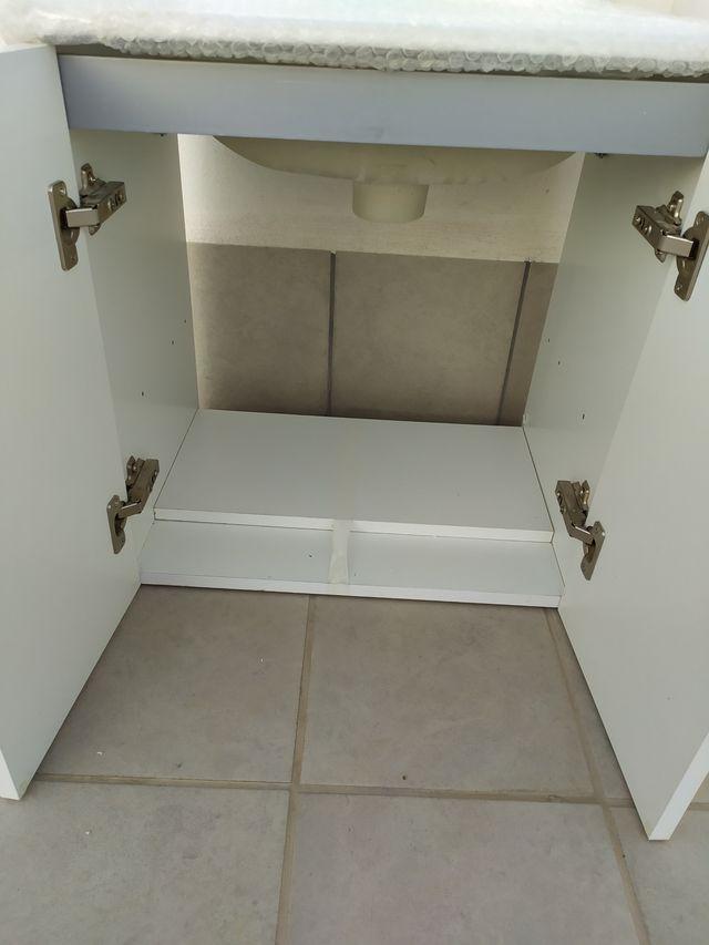 Mueble de cuarto de baño blanco, lavabo y espejo. de ...