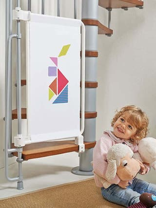 Valla de seguridad para bebés. Escalera de caracol