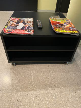 Mesa de centro Boksel IKEA negra.