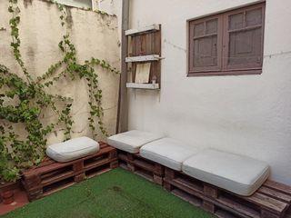 Sofá de palets con cojines exterior