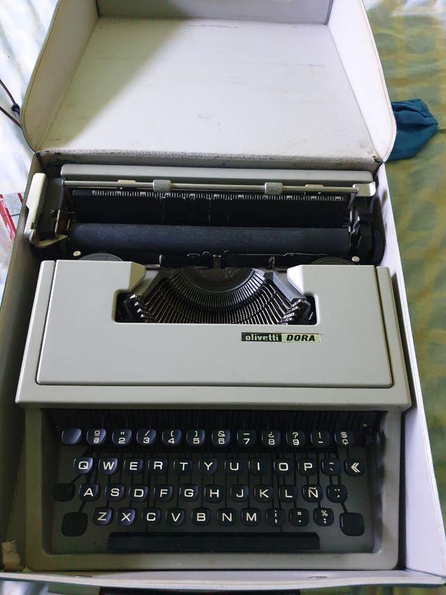 maquina de escribir de los 70 olivetti dora