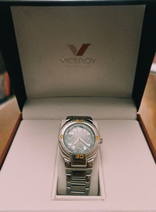 Reloj Viceroy plateado.
