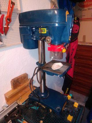 maquina fresadora , banco de trabajo y herramienta