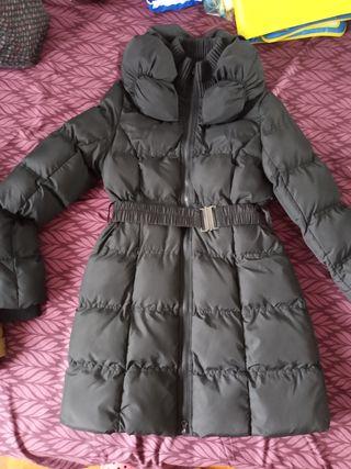 Abrigo negro de plumas