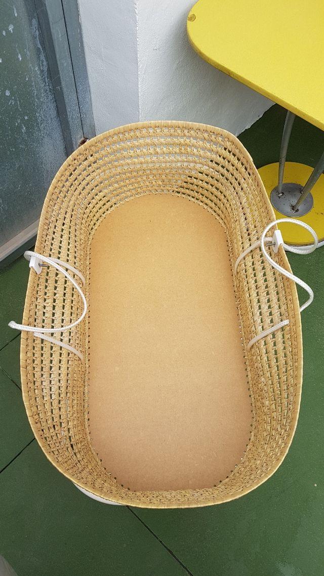 Cuna-cesta con el colchón.