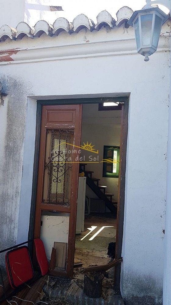 CORTIJO CON TERRENO EN VENTA. (Frigiliana, Málaga)