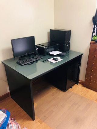 Mesa para ordenador, cajonera y estantería.