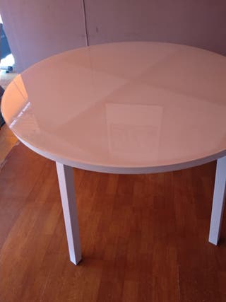 Mesa redonda de acero con sobre de cristal blanco