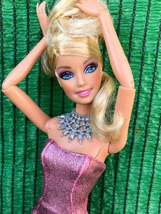 Muñeca Barbie articulada con zapatos