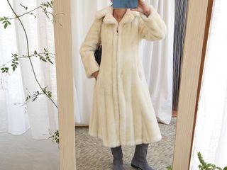 abrigo blanco de pelo sintético