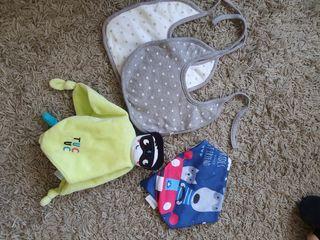 Set de bebé: baberos, seca babitas y DouDou