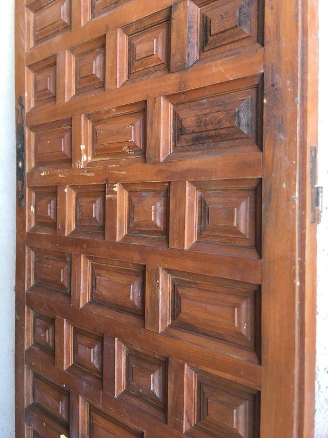 Puerta de madera con cuarterones