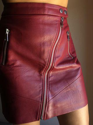 Falda granate de cuero
