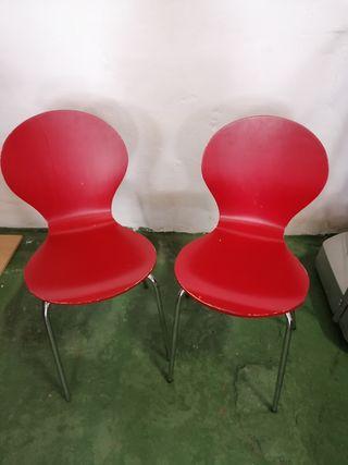 sillas de madera color rojo