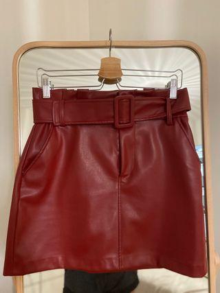 Falda roja de cuero Zara