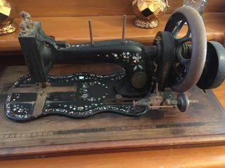 Máquina de coser muy muy antigua