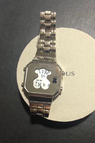Reloj digital en acero plateado