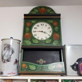 Reloj de pared de madera pintado.