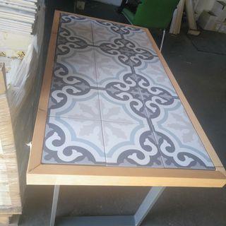 mesa de azulejos y patas de hierro