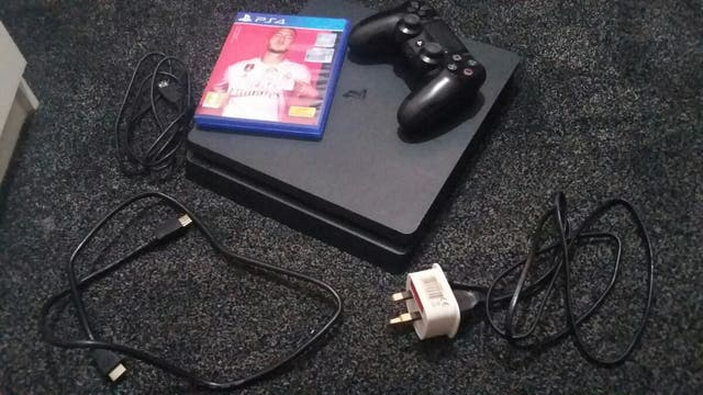 Ps4 with Fifa 20 (excellent condition)