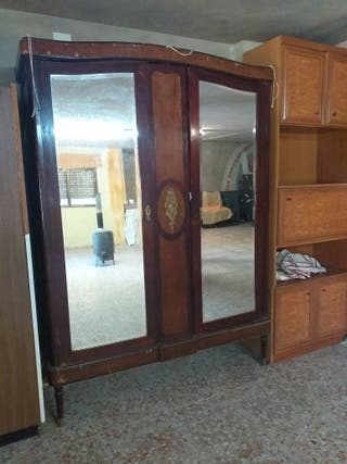 Armario antiguo con espejos