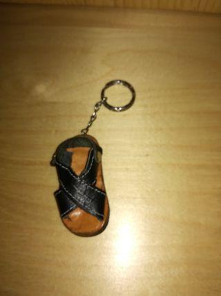 Llavero sandalia piel