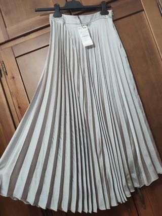 Falda plisada midi satén gris claro