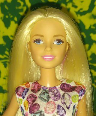 Barbie muñeca mechones morados.