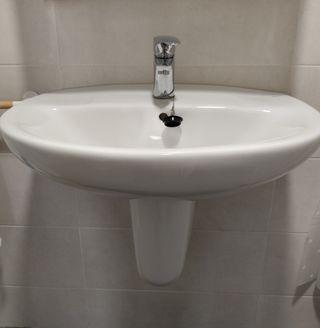 Lavabo de baño suspendido marca Roca