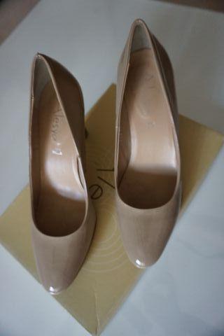Zapatos salón beige acharolados