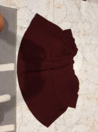 Falda de color rojo granate