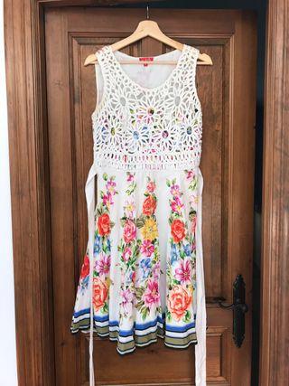 Vestido blanco con flores de verano