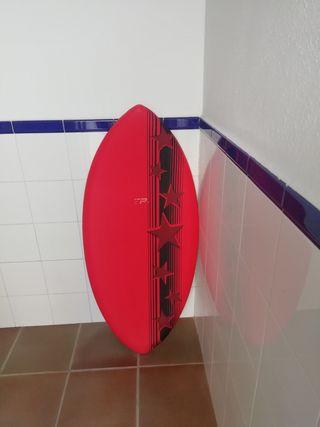 se vende tabla para hacer surf en la orilla.