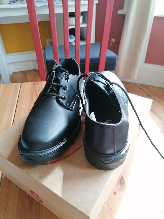 black shoes uk7