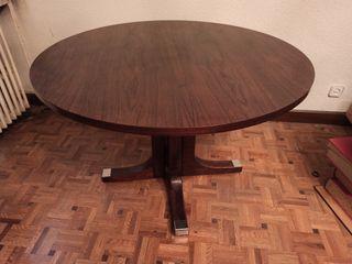 Bonita mesa de despacho redonda.