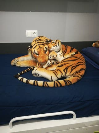 Peluche gigante de tigre con su cría.